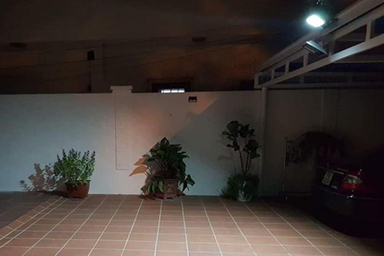 Đèn chiếu sáng sân nhà sử dụng năng lượng mặt trời tiết kiệm điện