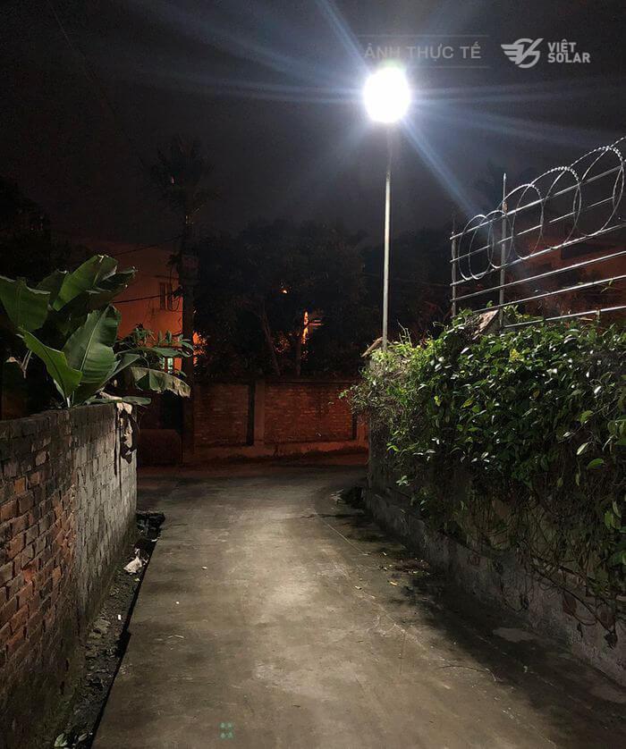 Đèn năng lượng được lắp ở đường đi lối lại